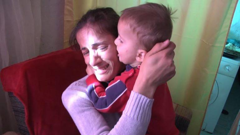 Valentina, një nënë që denoncoi në Gazetën Shqiptare heqjen e ndihmës ekonomike