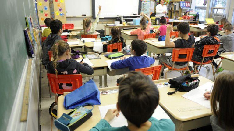 Arsimi i keqtrajtuar, si po tkurret numri i nxënësve