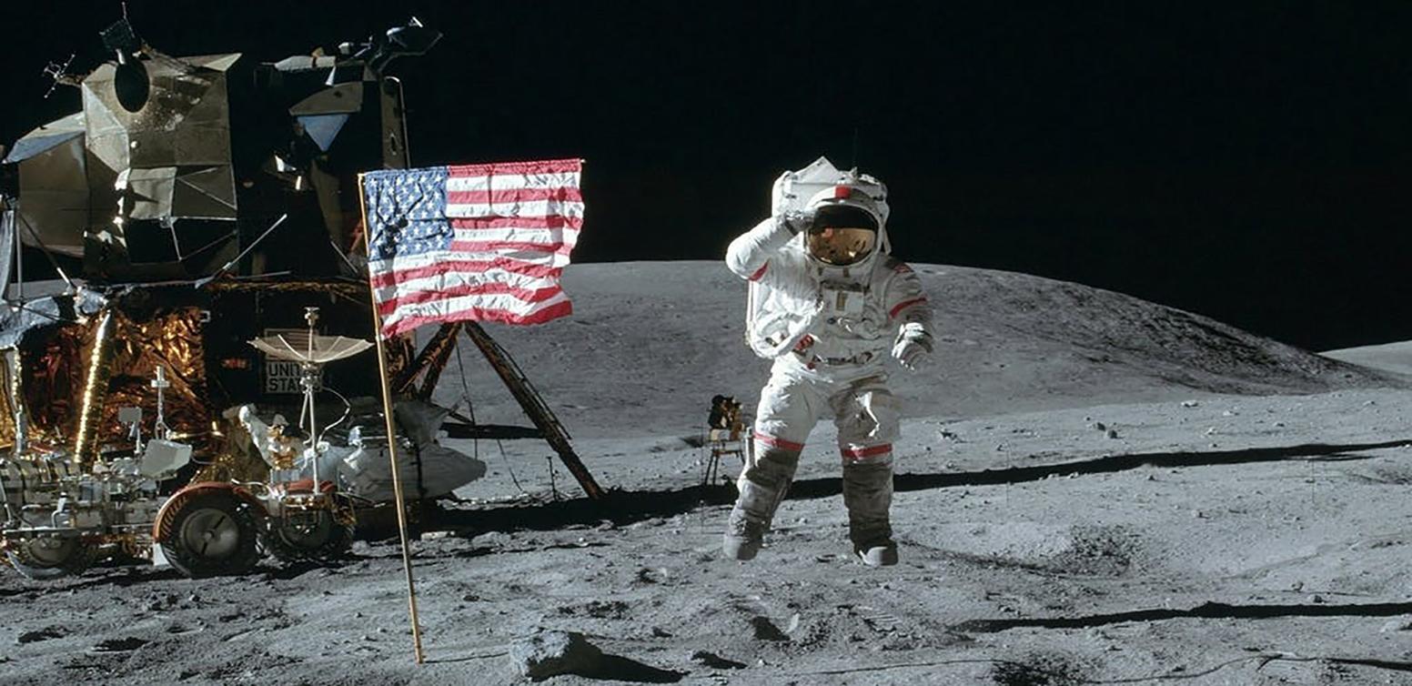 Nw Hwnw, nga astronautwt e Apollo 11 vendoset flamuri amerikan