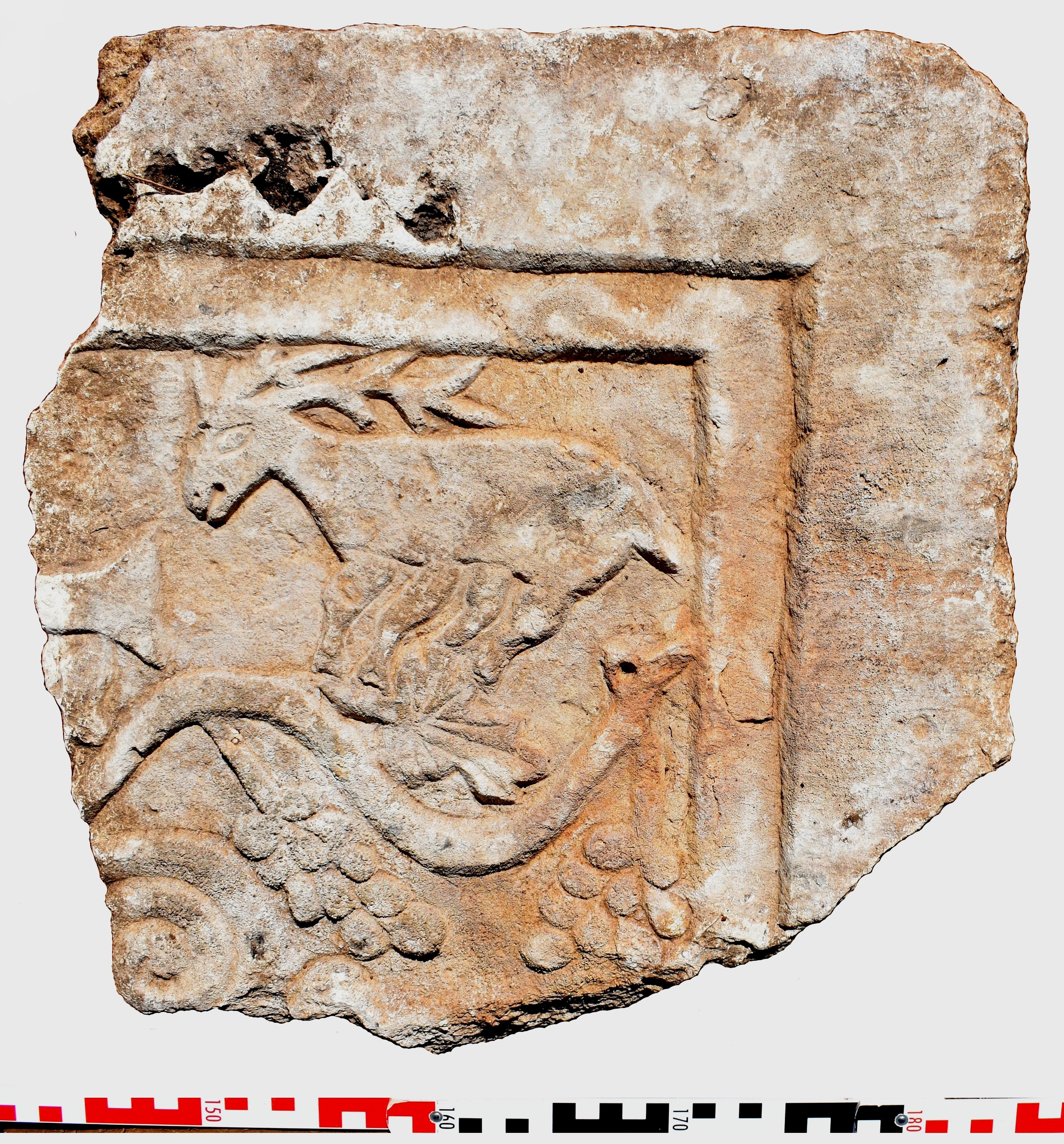 5. Pllake nga sanktuari i kishes, me kryqin, degen e hardhise dhe drerin